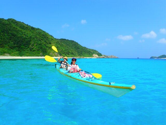 慶良間諸島でカヤックを楽しむ人