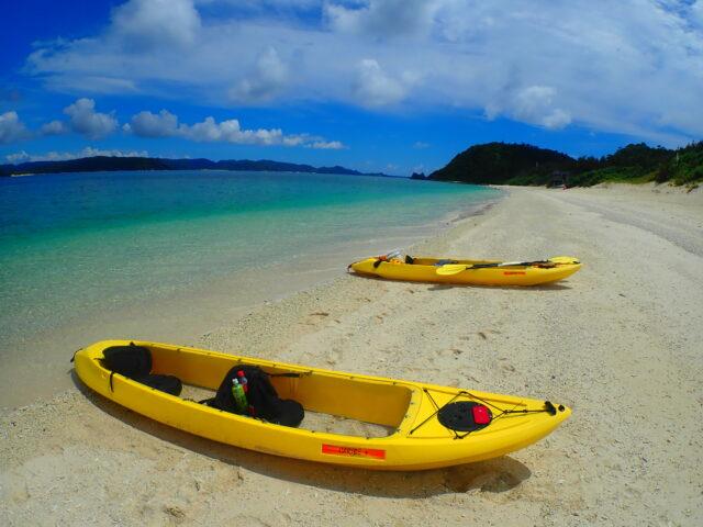 慶良間諸島のビーチとカヤック