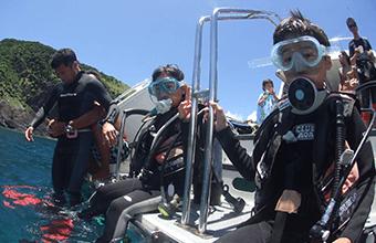 慶良間諸島でダイビングを楽しむ子供達