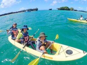 慶良間諸島でカヌーを楽しむ人たち