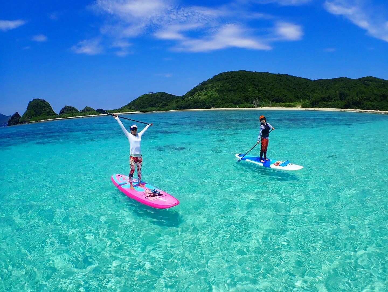 慶良間諸島でSUPを楽しむ2人