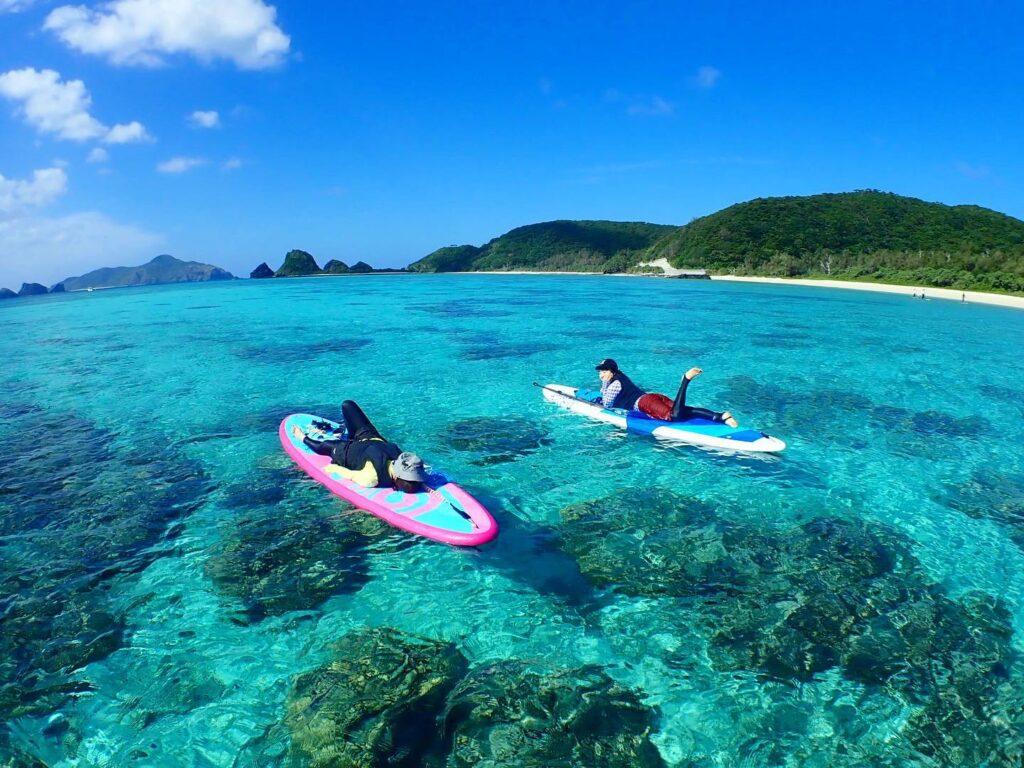 慶良間諸島でSUPを楽しむ二人