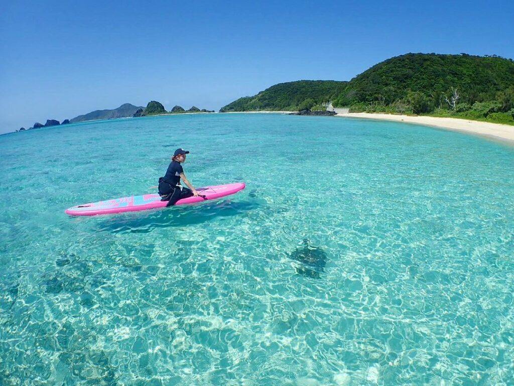 慶良間諸島でSUPを楽しむ女性