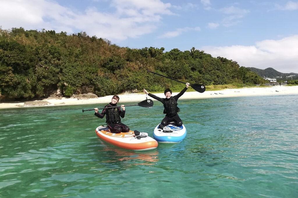 慶良間諸島でカヤックを楽しむ2人
