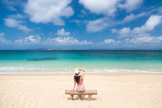 宮古島 ビーチに座る女性