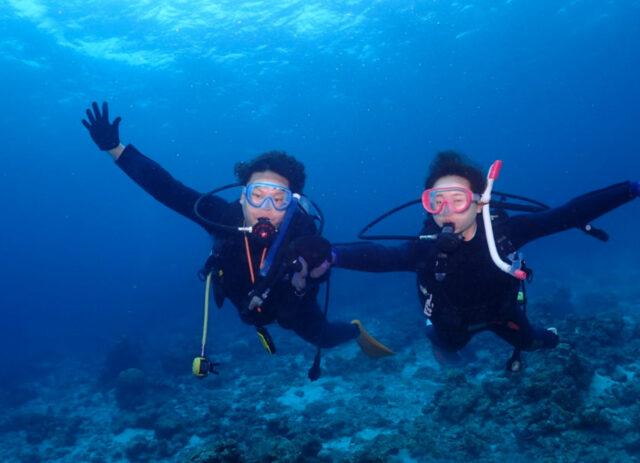 渡嘉敷島でダイビングを楽しむ2人