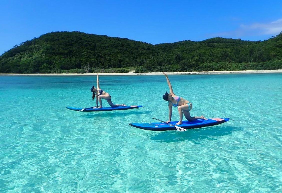 慶良間諸島でSUPヨガを楽しむ女性2人
