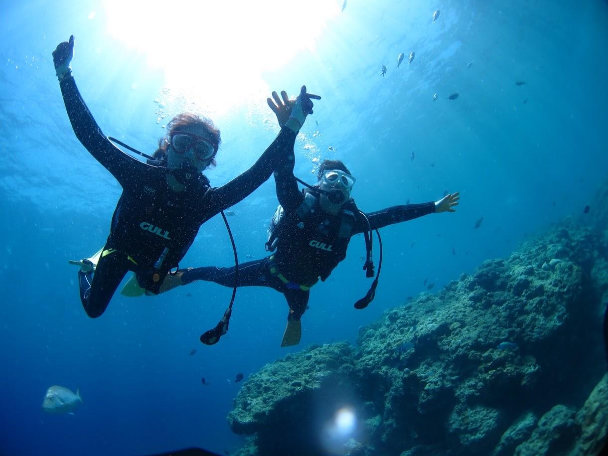 慶良間諸島でダイビングを楽しむ2人