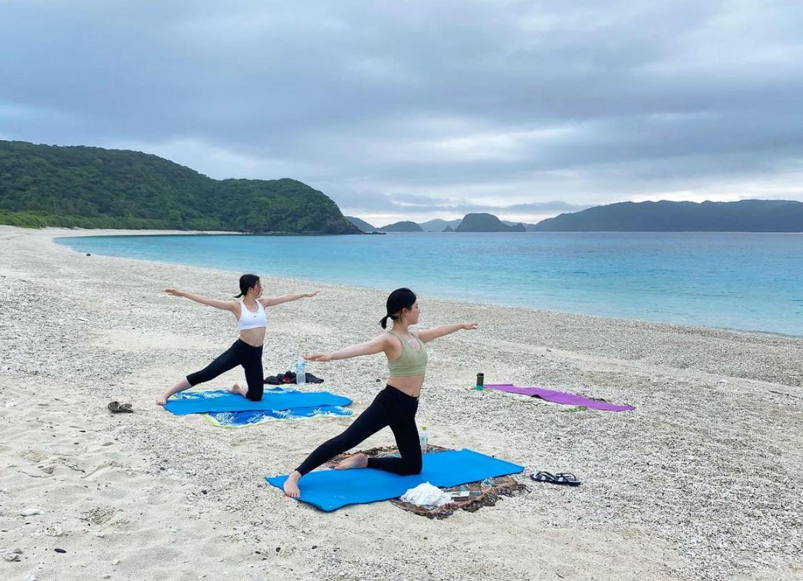 慶良間諸島でヨガを楽しむ女性たち