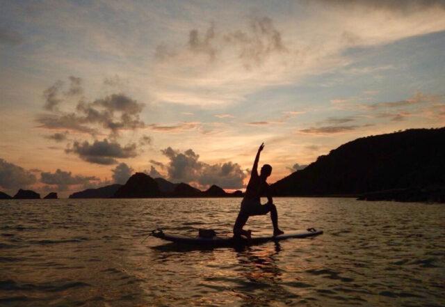 慶良間諸島でSUPヨガを楽しむ女性