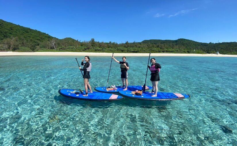 慶良間諸島でSUPを楽しむ人たち